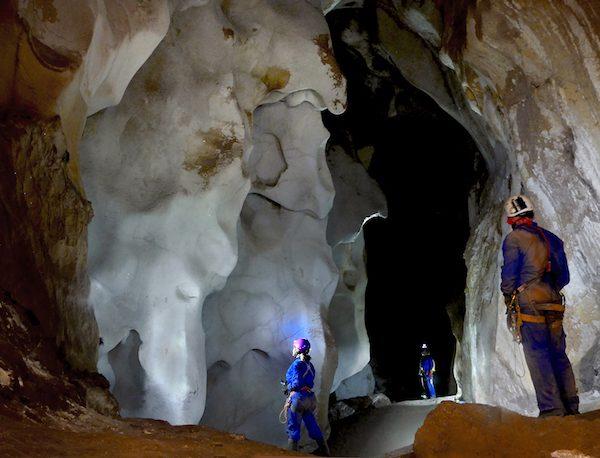 Haciendo espeleoturismo en la cueva del puerto de calasparra